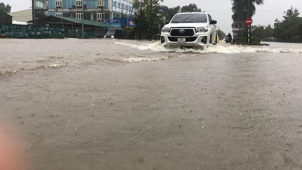 Cận cảnh lực lượng chức năng bơi vào giải cứu người ra khỏi căn nhà ngập sâu ở thành phố Vinh - Ảnh 16.
