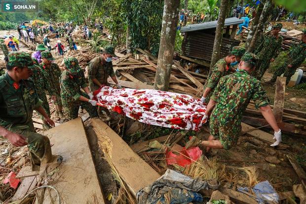 Ảnh: Dân làng khóc nghẹn khi tìm thấy bé trai 10 tháng tuổi dưới lớp bùn đất vụ sạt lở ở Trà Leng - Ảnh 14.
