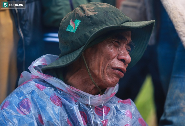 Ảnh: Dân làng khóc nghẹn khi tìm thấy bé trai 10 tháng tuổi dưới lớp bùn đất vụ sạt lở ở Trà Leng - Ảnh 15.
