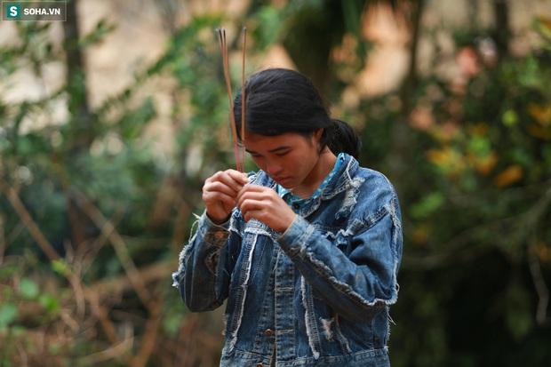 Ảnh: Dân làng khóc nghẹn khi tìm thấy bé trai 10 tháng tuổi dưới lớp bùn đất vụ sạt lở ở Trà Leng - Ảnh 17.