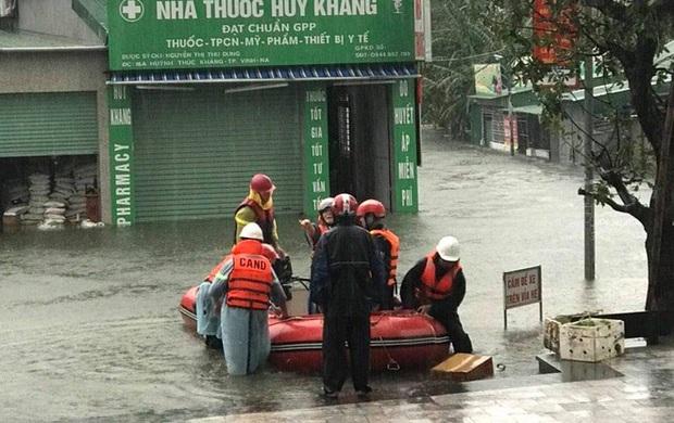 Cận cảnh lực lượng chức năng bơi vào giải cứu người ra khỏi căn nhà ngập sâu ở thành phố Vinh - Ảnh 5.