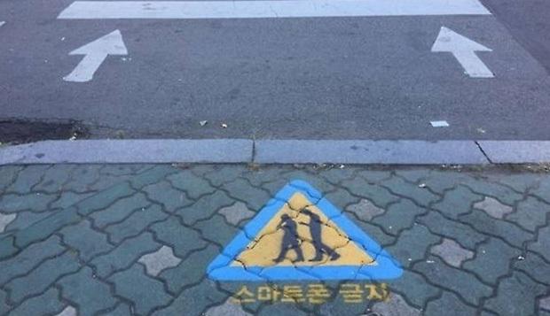 Đoạn vỉa hè rực sáng này là cách người Hàn Quốc chống lại đại dịch Zombie thời hiện đại đang bùng nổ khắp thế giới - Ảnh 3.