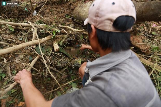 Ảnh: Dân làng khóc nghẹn khi tìm thấy bé trai 10 tháng tuổi dưới lớp bùn đất vụ sạt lở ở Trà Leng - Ảnh 3.