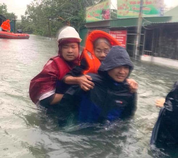 Cận cảnh lực lượng chức năng bơi vào giải cứu người ra khỏi căn nhà ngập sâu ở thành phố Vinh - Ảnh 6.