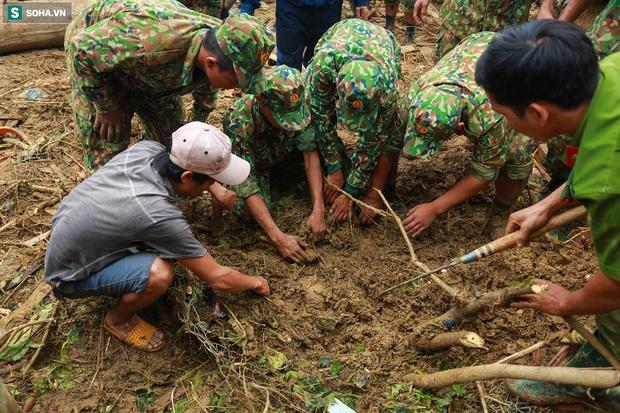 Ảnh: Dân làng khóc nghẹn khi tìm thấy bé trai 10 tháng tuổi dưới lớp bùn đất vụ sạt lở ở Trà Leng - Ảnh 4.