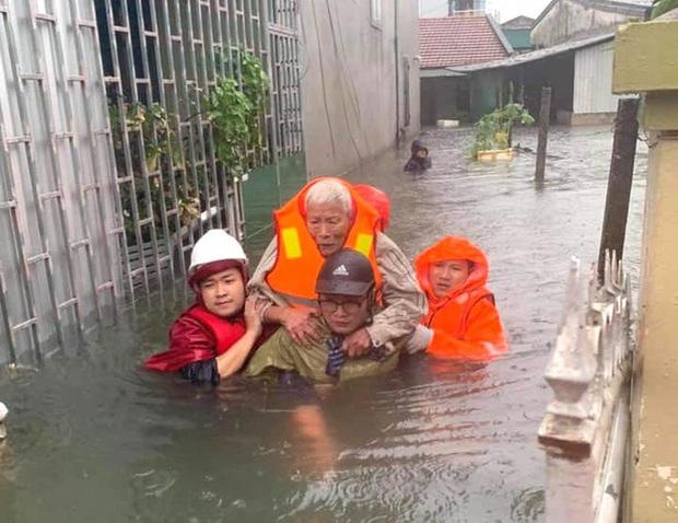 Cận cảnh lực lượng chức năng bơi vào giải cứu người ra khỏi căn nhà ngập sâu ở thành phố Vinh - Ảnh 7.