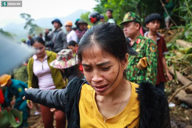 Ảnh: Dân làng khóc nghẹn khi tìm thấy bé trai 10 tháng tuổi dưới lớp bùn đất vụ sạt lở ở Trà Leng - Ảnh 5.