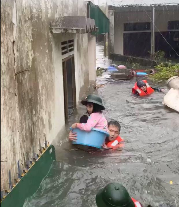 Cận cảnh lực lượng chức năng bơi vào giải cứu người ra khỏi căn nhà ngập sâu ở thành phố Vinh - Ảnh 8.
