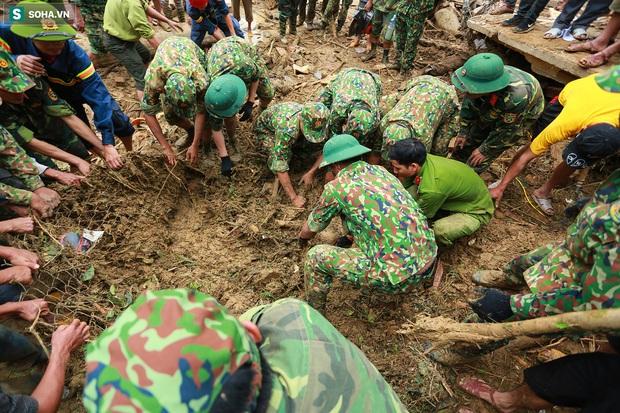 Ảnh: Dân làng khóc nghẹn khi tìm thấy bé trai 10 tháng tuổi dưới lớp bùn đất vụ sạt lở ở Trà Leng - Ảnh 6.