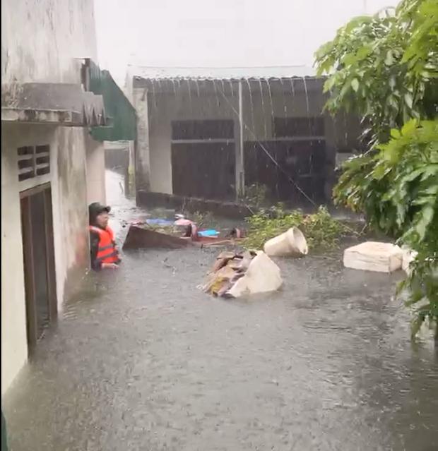 Cận cảnh lực lượng chức năng bơi vào giải cứu người ra khỏi căn nhà ngập sâu ở thành phố Vinh - Ảnh 9.