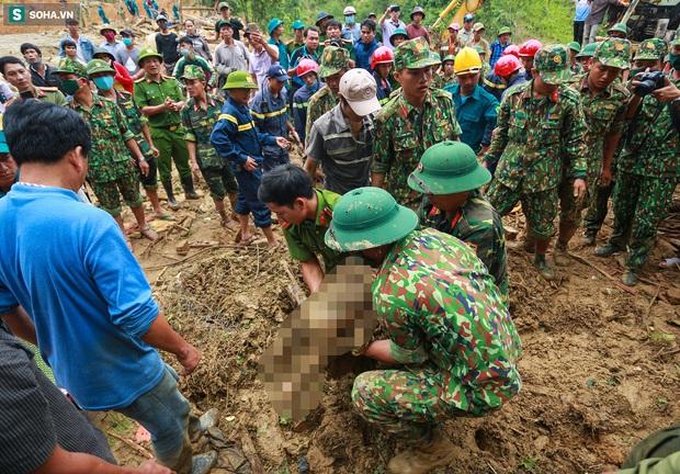Ảnh: Dân làng khóc nghẹn khi tìm thấy bé trai 10 tháng tuổi dưới lớp bùn đất vụ sạt lở ở Trà Leng - Ảnh 7.