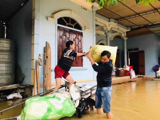 Cận cảnh lực lượng chức năng bơi vào giải cứu người ra khỏi căn nhà ngập sâu ở thành phố Vinh - Ảnh 10.