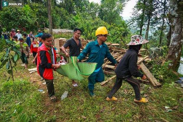 Ảnh: Dân làng khóc nghẹn khi tìm thấy bé trai 10 tháng tuổi dưới lớp bùn đất vụ sạt lở ở Trà Leng - Ảnh 8.