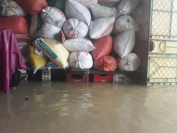 Cận cảnh lực lượng chức năng bơi vào giải cứu người ra khỏi căn nhà ngập sâu ở thành phố Vinh - Ảnh 11.