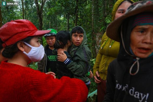 Ảnh: Dân làng khóc nghẹn khi tìm thấy bé trai 10 tháng tuổi dưới lớp bùn đất vụ sạt lở ở Trà Leng - Ảnh 9.