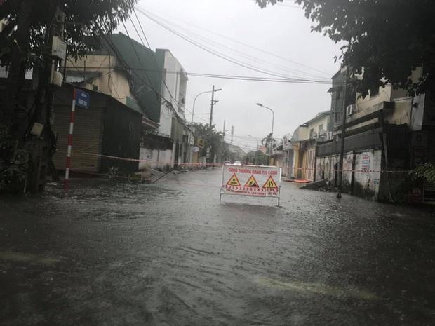 Cận cảnh lực lượng chức năng bơi vào giải cứu người ra khỏi căn nhà ngập sâu ở thành phố Vinh - Ảnh 12.