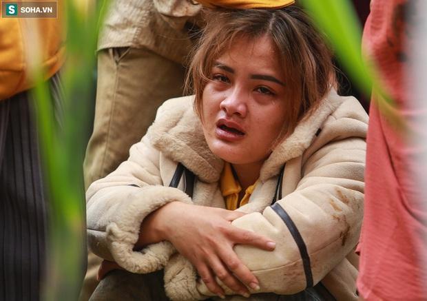 Ảnh: Dân làng khóc nghẹn khi tìm thấy bé trai 10 tháng tuổi dưới lớp bùn đất vụ sạt lở ở Trà Leng - Ảnh 10.