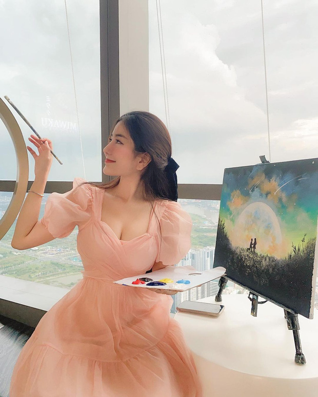 Bức ảnh làm màu của Võ Ngọc Trân lên hẳn MXH Trung, netizen chê không ngớt: Chẳng ai vẽ tranh mà ăn mặc như vậy - Ảnh 1.
