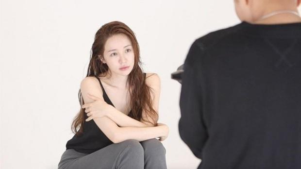 Lộ hậu trường chụp tạp chí của Yoon Eun Hye: Mặt đơ cứng không nhận ra, kéo đến ảnh A cut đã PTS cũng... không cứu nổi - Ảnh 2.