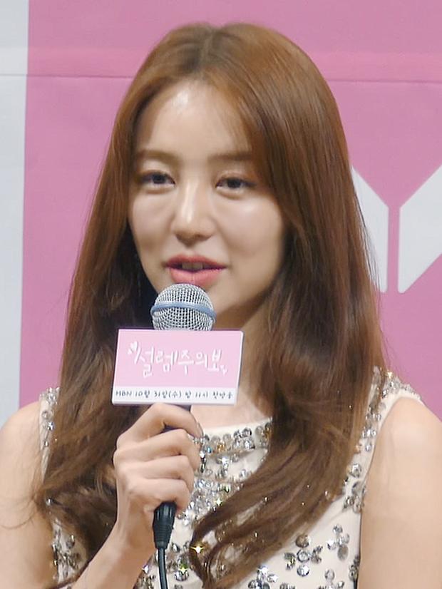 Lộ hậu trường chụp tạp chí của Yoon Eun Hye: Mặt đơ cứng không nhận ra, kéo đến ảnh A cut đã PTS cũng... không cứu nổi - Ảnh 14.