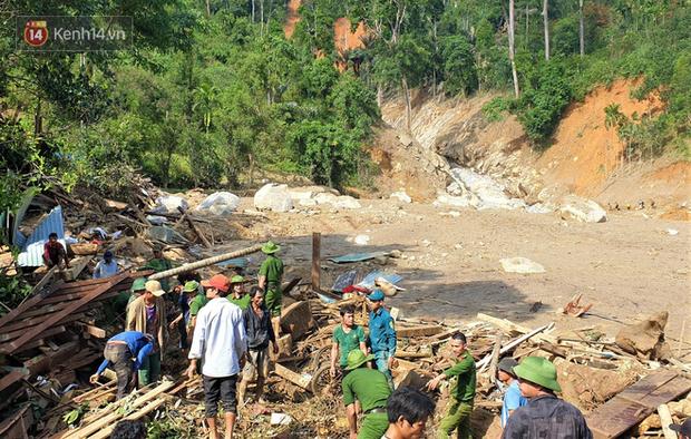 Ông lão lục tìm tấm ảnh gia đình tại hiện trường vụ lở núi ở Trà Leng: Cả nhà 8 người, con cháu của tôi chết hết rồi... - Ảnh 5.