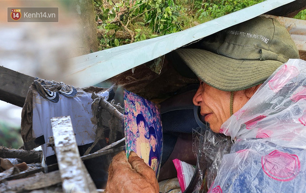 Ông lão lục tìm tấm ảnh gia đình tại hiện trường vụ lở núi ở Trà Leng: Cả nhà 8 người, con cháu của tôi chết hết rồi... - Ảnh 6.