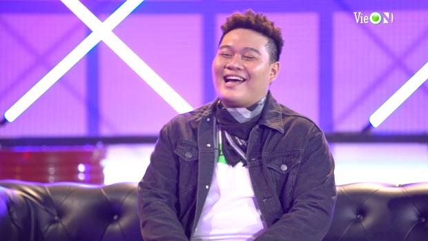 Yuno Bigboi trùm đầu y chang thầy Binz rồi khẳng định Gu Của Anh Là Châu Á, Karik gọi tên Châu Bùi làm Bigcityboi đỏ cả mặt - Ảnh 1.