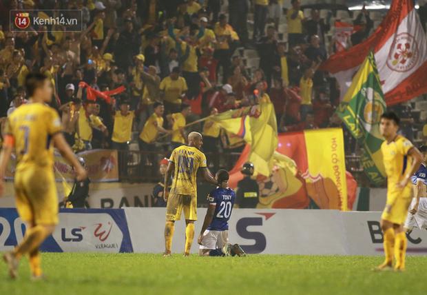 Ngoại binh quỳ gối trước CĐV Nam Định, đập tan nghi hoặc sau sự cố bị tố bán rẻ đội bóng - Ảnh 2.