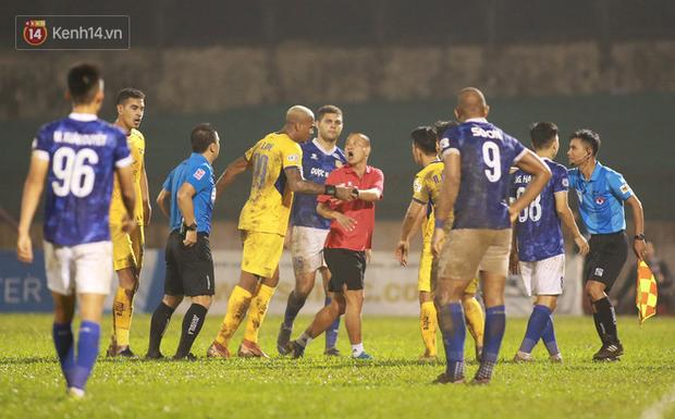 Trợ lý CLB Nam Định chạy vào sân gây rối để câu giờ, bị đuổi khỏi sân nhưng vẫn cực vui - Ảnh 1.