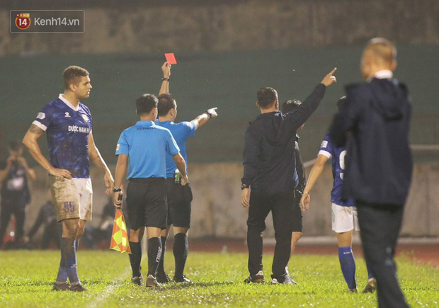 Trợ lý CLB Nam Định chạy vào sân gây rối để câu giờ, bị đuổi khỏi sân nhưng vẫn cực vui - Ảnh 3.