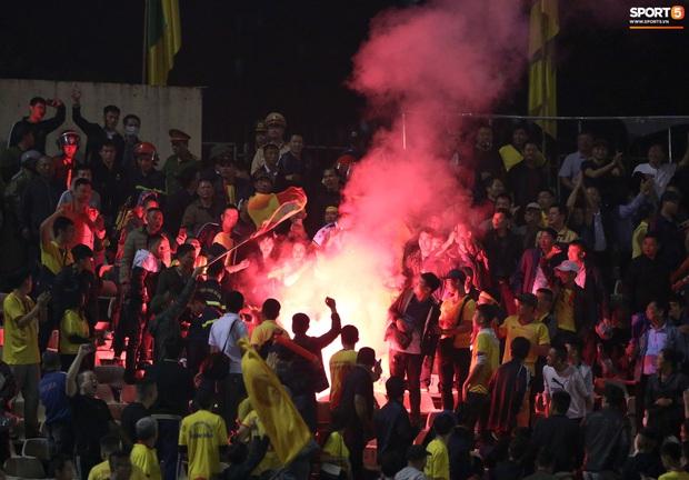 Sống trong 10 phút cuối nghẹt thở, fan khóc nức nở khi Nam Định được ở lại V.League - Ảnh 7.