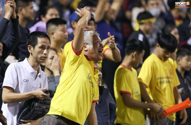 Sống trong 10 phút cuối nghẹt thở, fan khóc nức nở khi Nam Định được ở lại V.League - Ảnh 4.