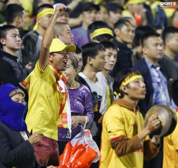 Trợ lý CLB Nam Định chạy vào sân gây rối để câu giờ, bị đuổi khỏi sân nhưng vẫn cực vui - Ảnh 8.