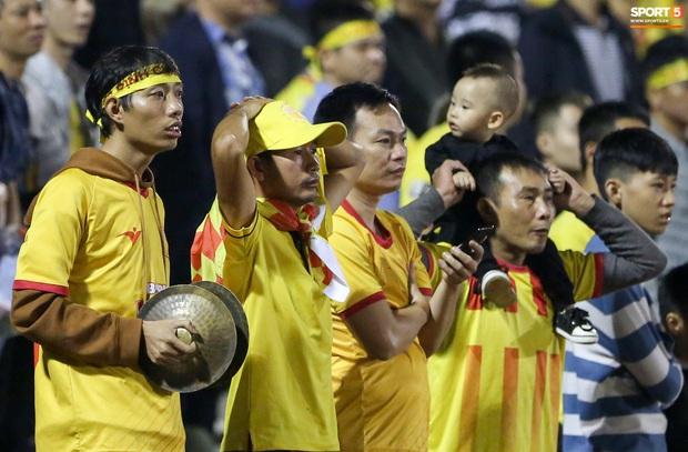 Sống trong 10 phút cuối nghẹt thở, fan khóc nức nở khi Nam Định được ở lại V.League - Ảnh 2.