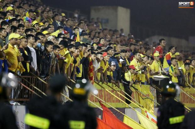 Sống trong 10 phút cuối nghẹt thở, fan khóc nức nở khi Nam Định được ở lại V.League - Ảnh 1.