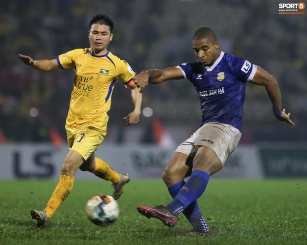 Sống trong 10 phút cuối nghẹt thở, fan khóc nức nở khi Nam Định được ở lại V.League - Ảnh 10.