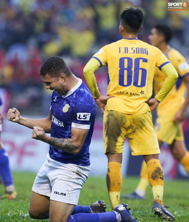 Trợ lý CLB Nam Định chạy vào sân gây rối để câu giờ, bị đuổi khỏi sân nhưng vẫn cực vui - Ảnh 9.