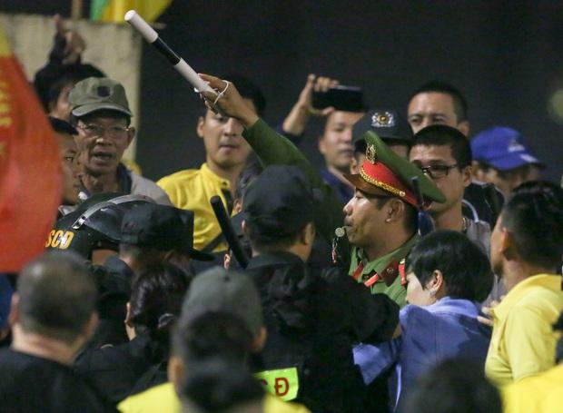 Ngoại binh quỳ gối trước CĐV Nam Định, đập tan nghi hoặc sau sự cố bị tố bán rẻ đội bóng - Ảnh 10.
