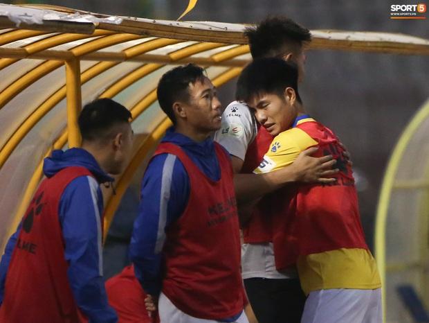 Trợ lý CLB Nam Định chạy vào sân gây rối để câu giờ, bị đuổi khỏi sân nhưng vẫn cực vui - Ảnh 6.
