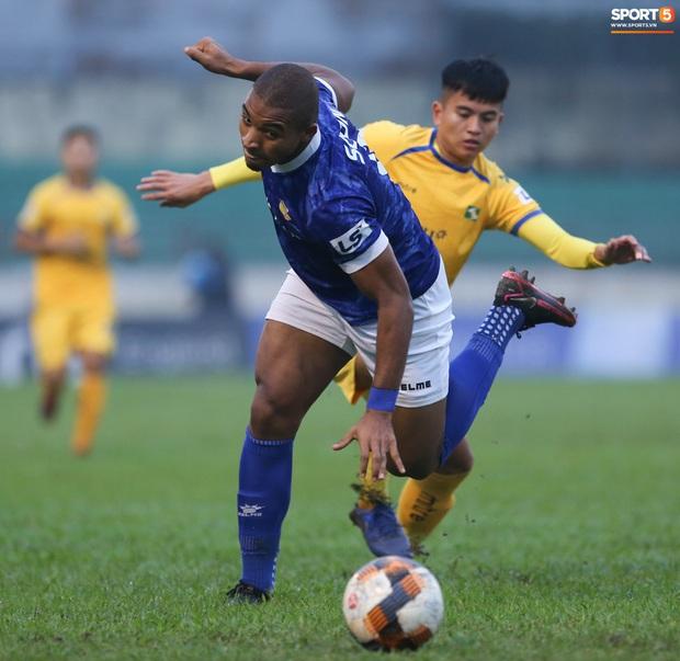Trợ lý CLB Nam Định chạy vào sân gây rối để câu giờ, bị đuổi khỏi sân nhưng vẫn cực vui - Ảnh 4.