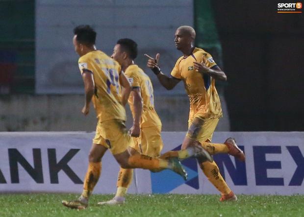 Trợ lý CLB Nam Định chạy vào sân gây rối để câu giờ, bị đuổi khỏi sân nhưng vẫn cực vui - Ảnh 5.