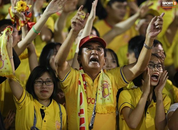 Sống trong 10 phút cuối nghẹt thở, fan khóc nức nở khi Nam Định được ở lại V.League - Ảnh 5.