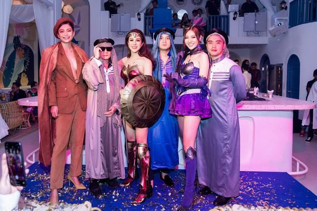 Dàn sao hoá trang Halloween trong tiệc sinh nhật nhà Diệp Lâm Anh: Kỳ Duyên - Minh Triệu sexy, vợ chồng Cường Đô La cũng có mặt - Ảnh 5.