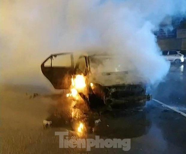 Xe ô tô bốc cháy dữ dội ở thành phố Lạng Sơn - Ảnh 1.