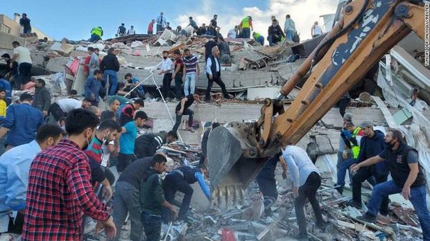 Thổ Nhĩ Kỳ tan hoang sau trận động đất, sóng thần khiến 800 người thương vong - Ảnh 1.