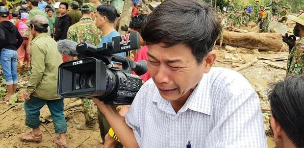 Phóng viên bật khóc khi thi thể một cháu bé được đưa lên từ bùn đất ở Trà Leng - Ảnh 1.