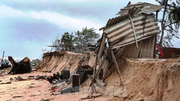 Bão tan lũ rút, bờ biển Thừa Thiên Huế tan hoang chưa từng thấy - Ảnh 2.