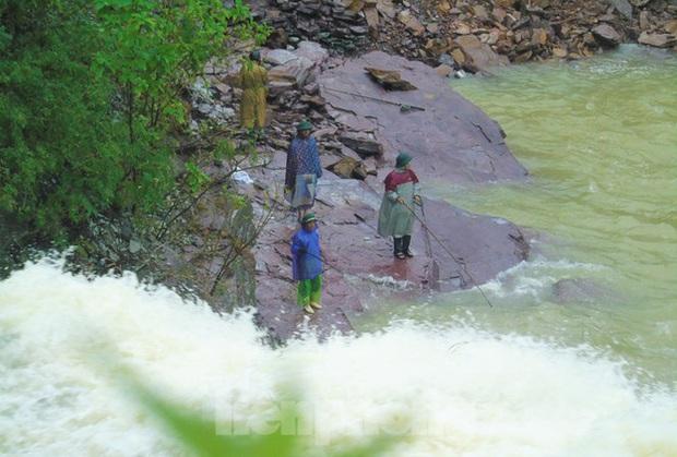 Hàng chục người bất chấp hồ xả lũ vẫn săn bắt cá dưới dòng nước xiết - Ảnh 1.