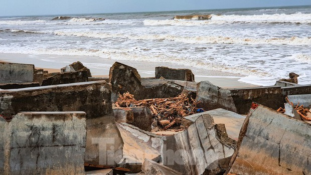 Bão tan lũ rút, bờ biển Thừa Thiên Huế tan hoang chưa từng thấy - Ảnh 13.