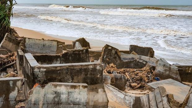 Bão tan lũ rút, bờ biển Thừa Thiên Huế tan hoang chưa từng thấy - Ảnh 14.
